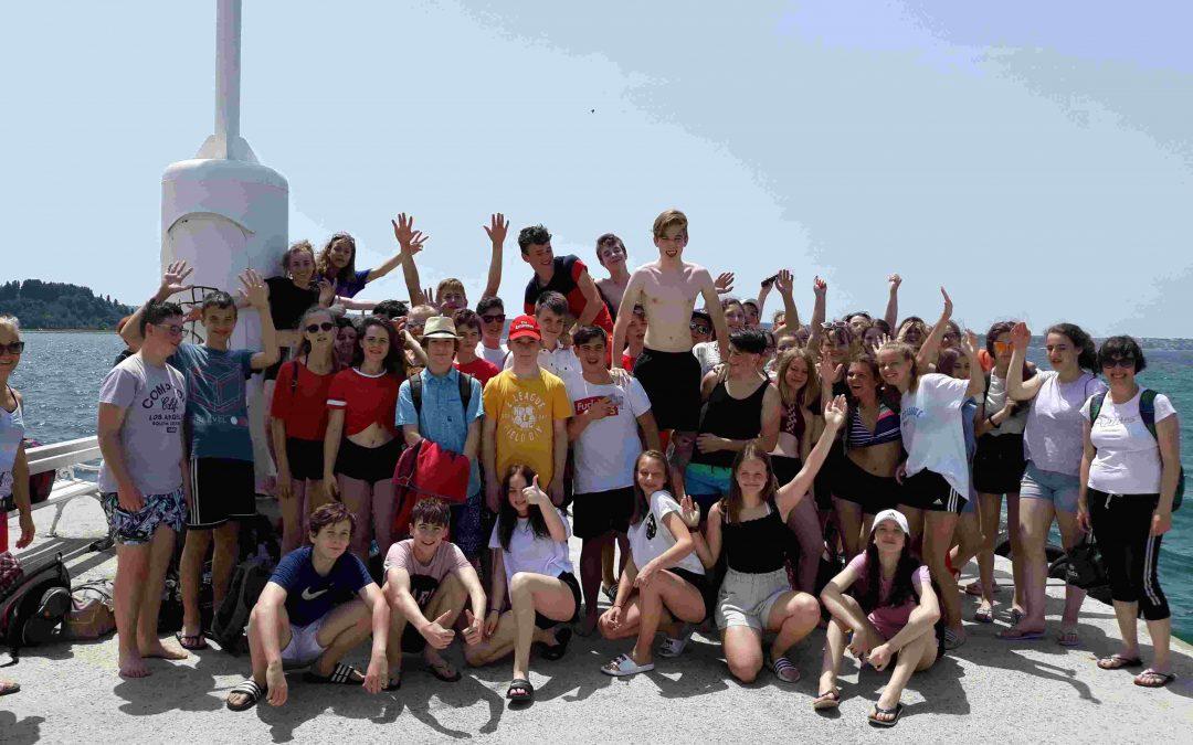 Razigrani devetošolci na morju